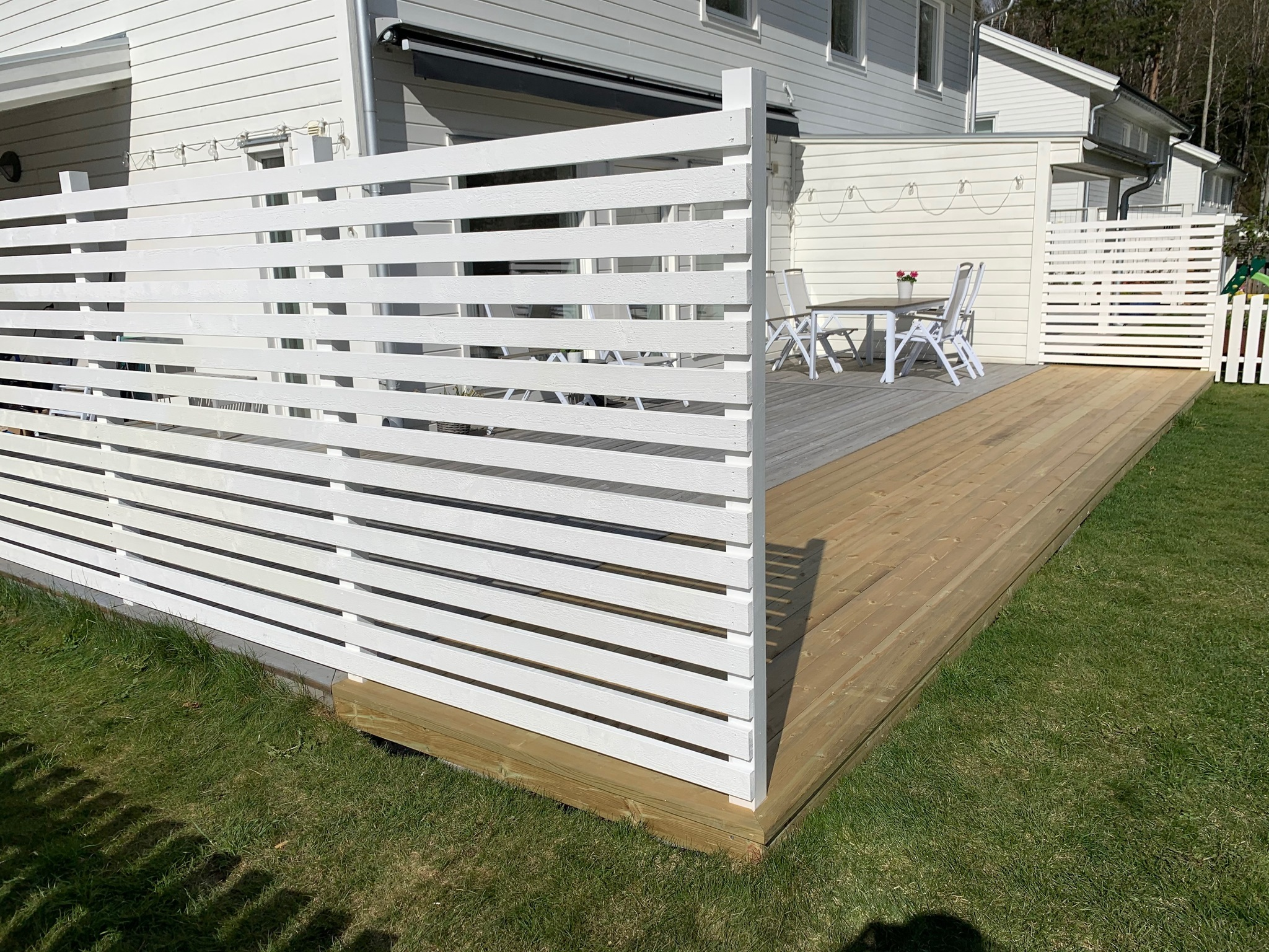 Altanbyggnation och insynsskydd,Nytt handbyggt staket, Byggnation av staket med kryss