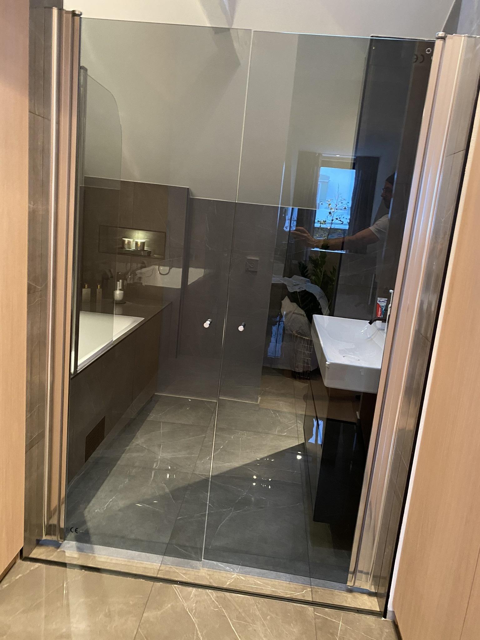 Inbyggda garderober i anslutning till master bathroom.