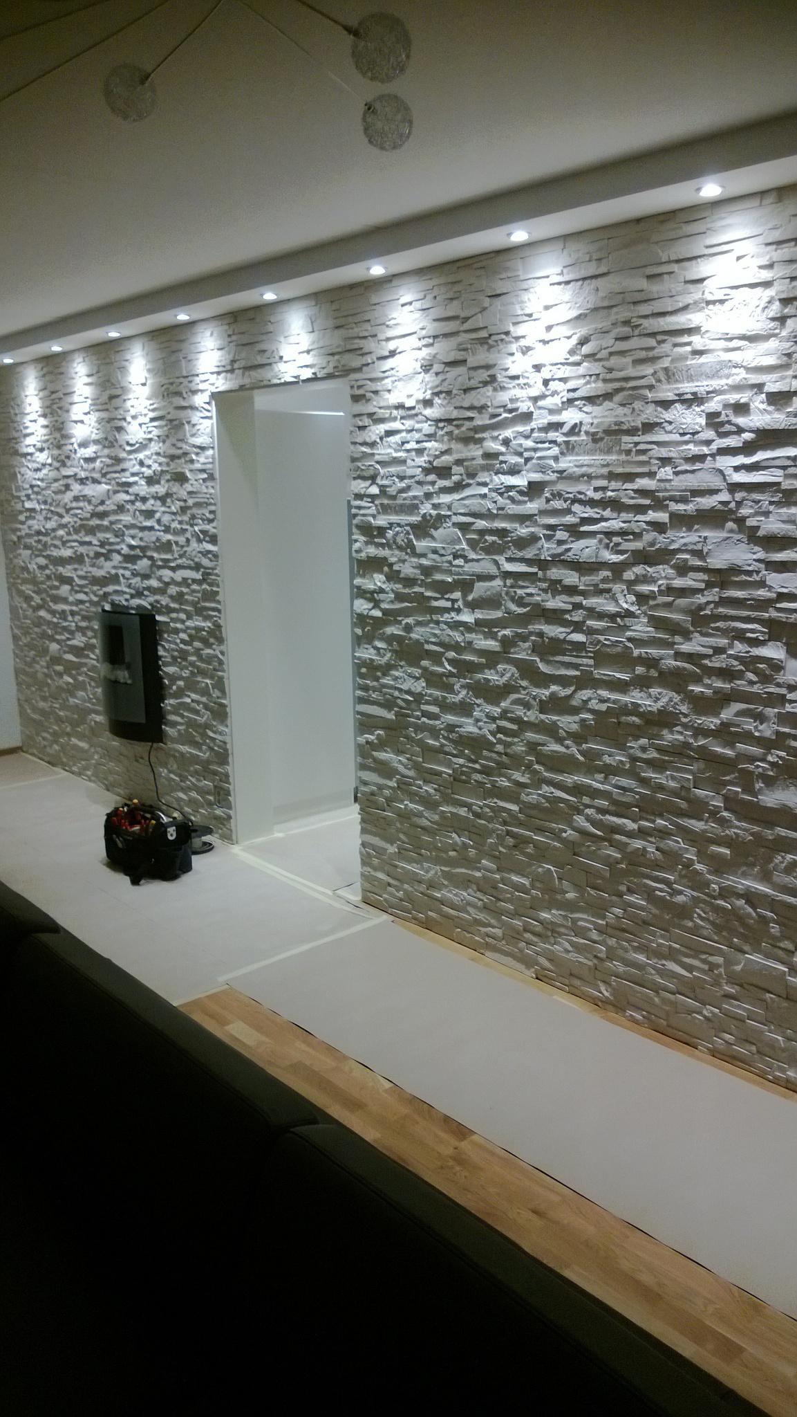 Fondvägg med dekorationssten och belysning