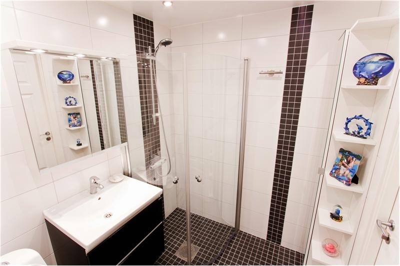 Stilren lösning till mindre badrum,Totalrenovering