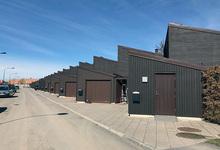 Målning av 17 garageportar och entredörrar i Hässelby