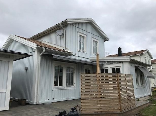 Bild för uppdrag: Fasadmålning av ett hus i Täby