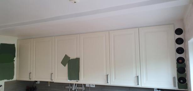 Bild för uppdrag: Lackera om köksluckor och spackla gamla hålen på köksluckor i Stockholm